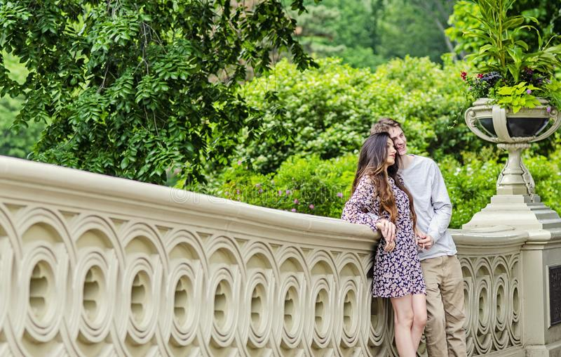 摆在为照片的夫妇在中央公园纽约 免版税库存照片