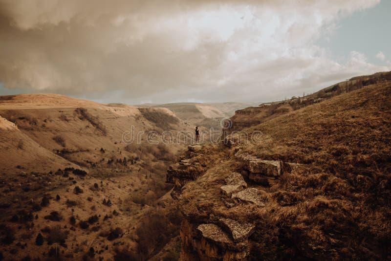摆在为照片的游人在蹄铁湾亚利桑那 免版税库存图片