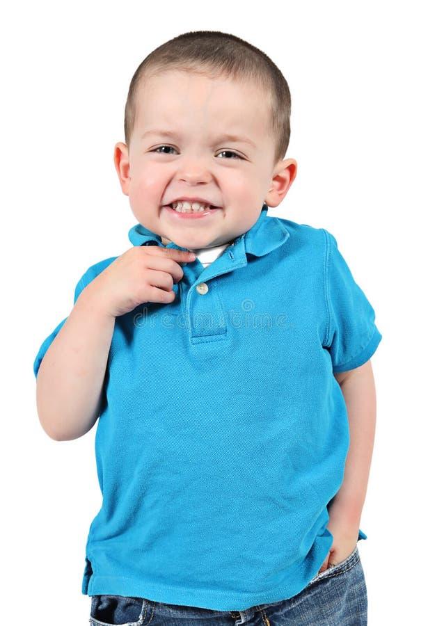 摆在为照相机的逗人喜爱的小男孩 免版税图库摄影