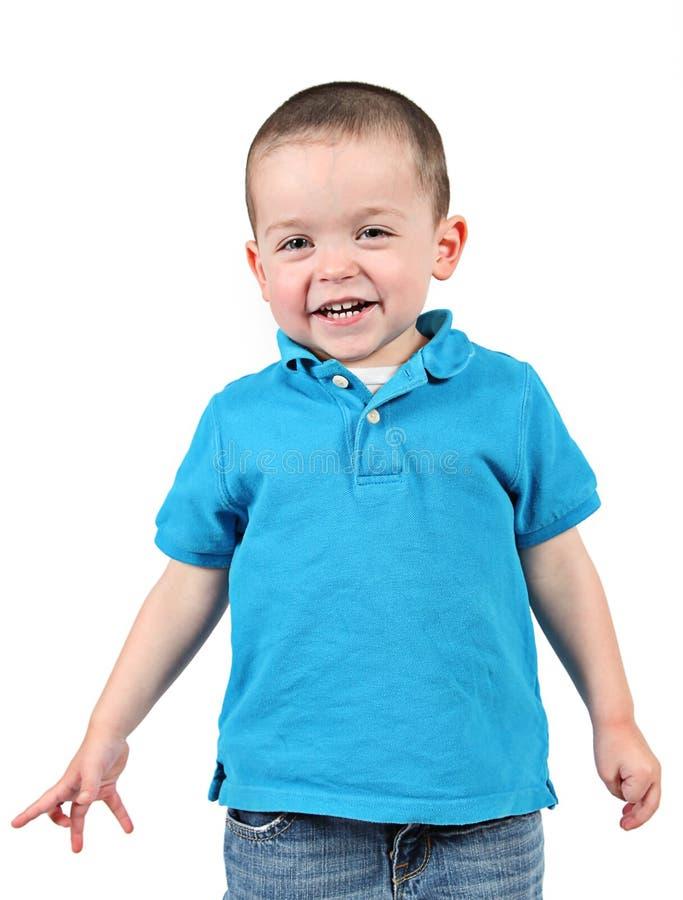 摆在为照相机的逗人喜爱的小男孩 免版税库存图片