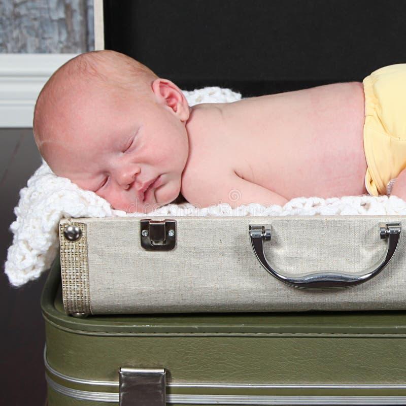 摆在为照相机的逗人喜爱的矮小的新出生的男婴 库存照片