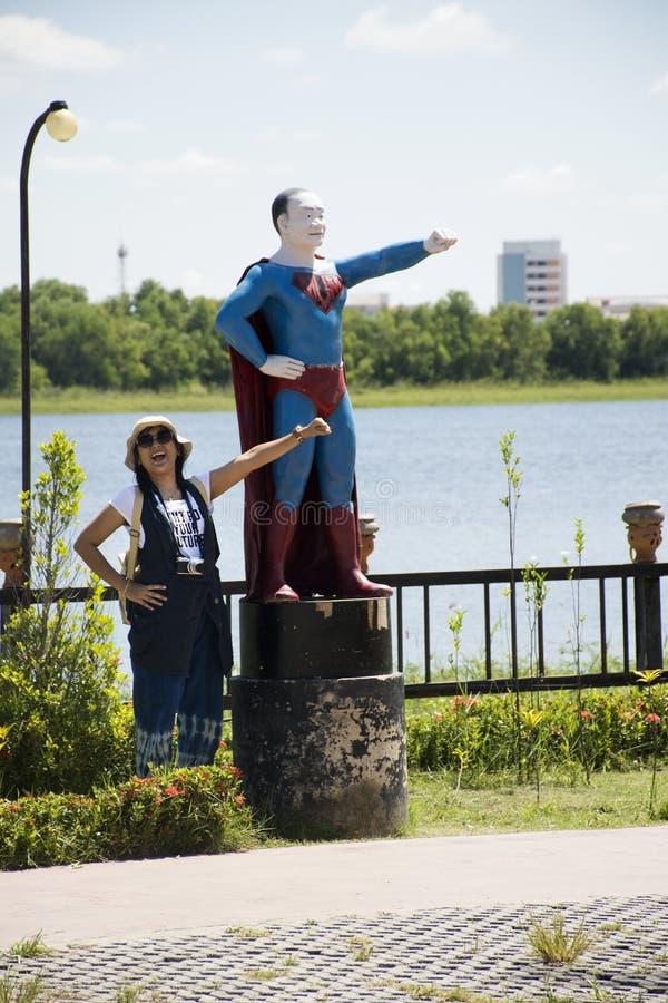 摆在为的旅客泰国妇女拍与超人泰国样式的照片 免版税图库摄影