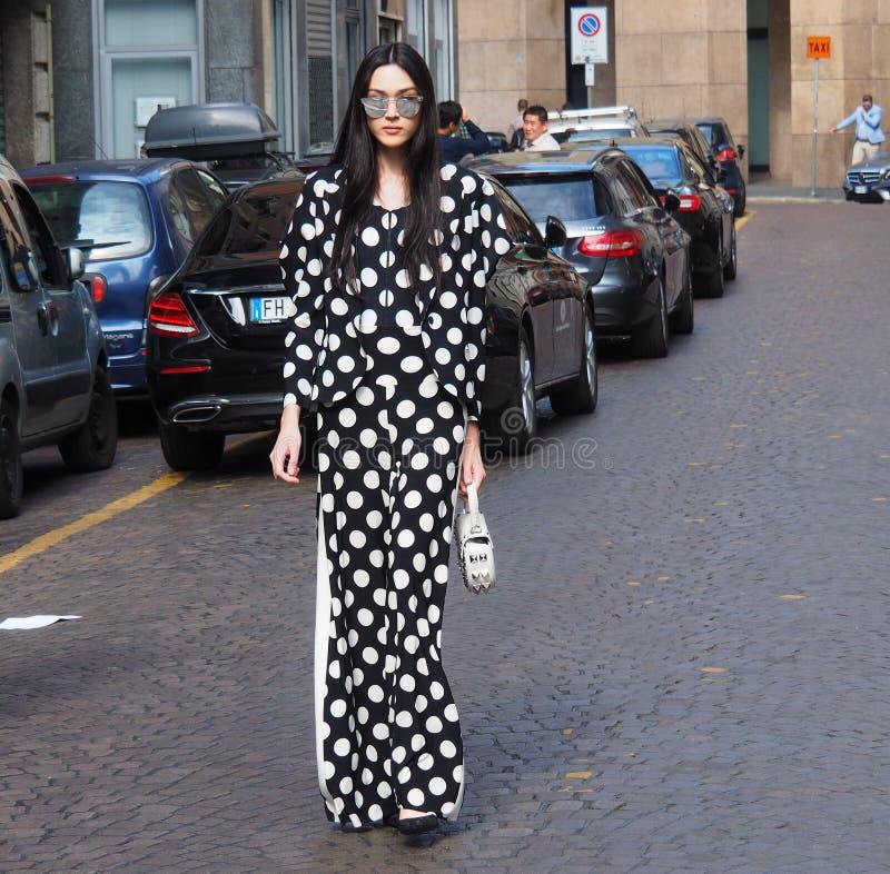 摆在为街道的摄影师的一名亚裔妇女在安东尼奥MARRAS时装表演前,在米兰时尚星期春天/夏天期间 库存照片