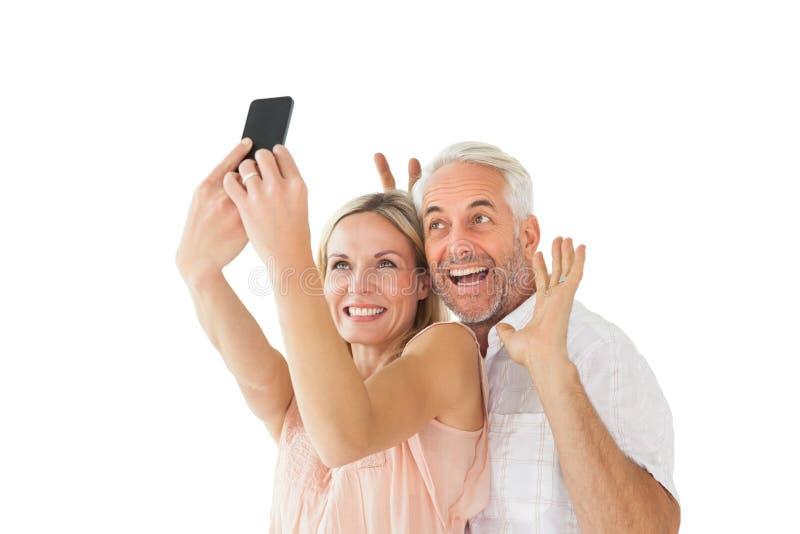 摆在为selfie的愉快的夫妇 免版税库存图片