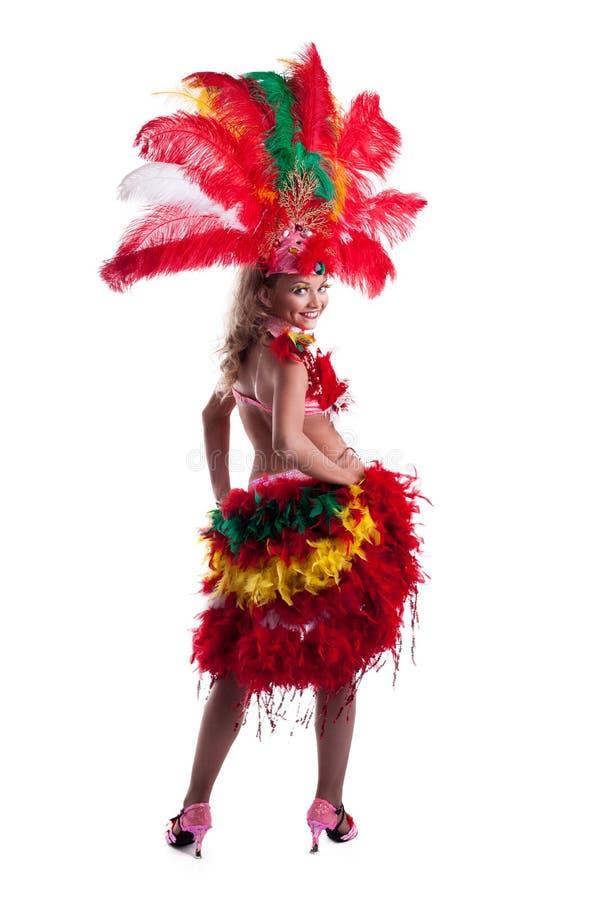 摆在五颜六色的狂欢节服装的快乐的女孩 免版税图库摄影