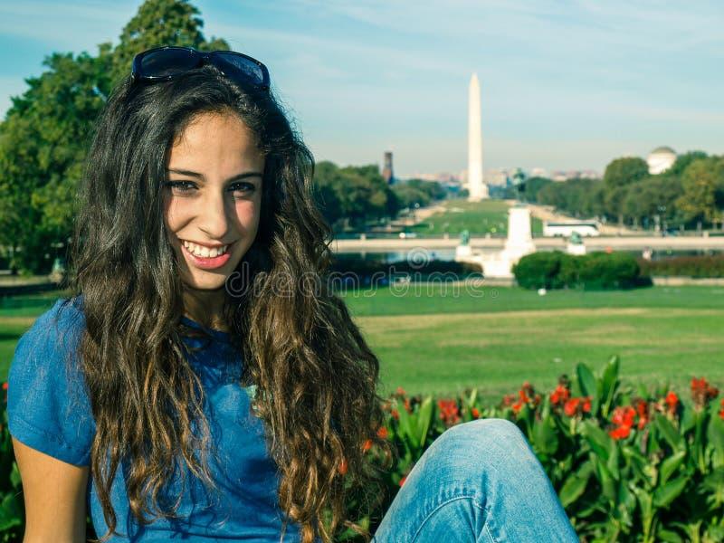 摆在伊利亚斯S前面的女孩 格兰特纪念,全国购物中心和华盛顿纪念碑在华盛顿特区 免版税库存图片