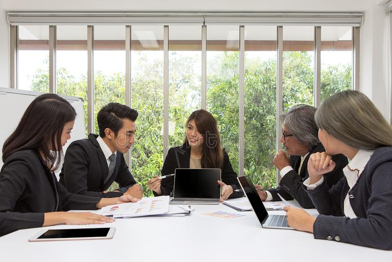 摆在会议室的亚洲事务队 运作的brainstor 免版税库存图片