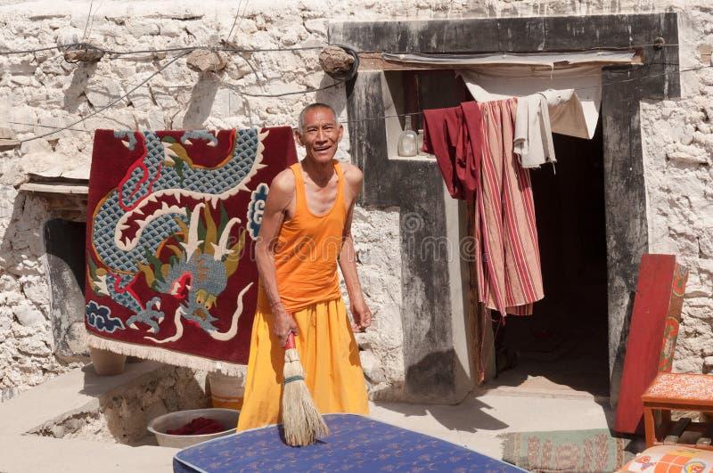 摆在传统Tibetian礼服的年长人修士在拉达克,北部印度 免版税库存图片