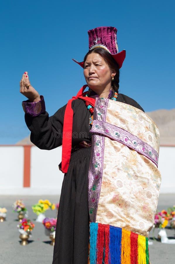 摆在传统Tibetian礼服的年长妇女在拉达克,北部印度 免版税库存照片