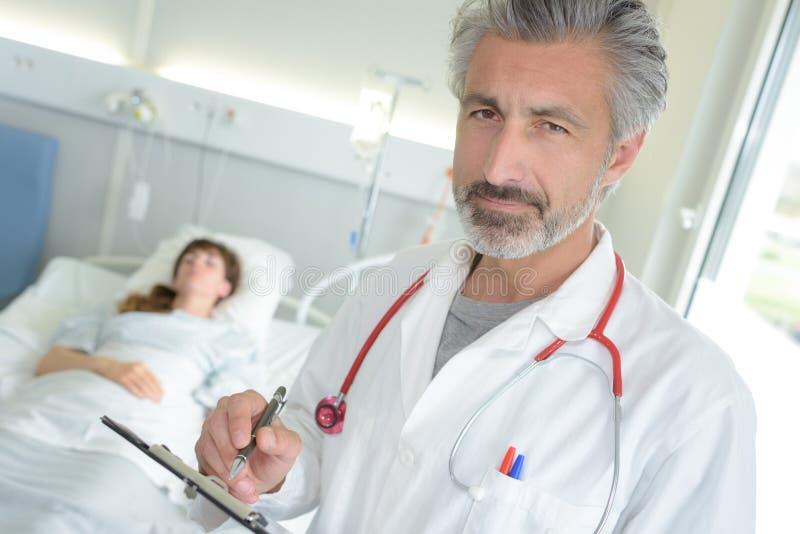 download 擺在住院病人` s室的醫生 庫存照片.圖片