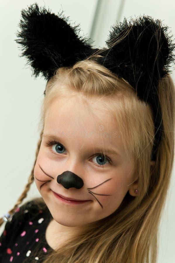 摆在作为小猫的女孩 免版税图库摄影