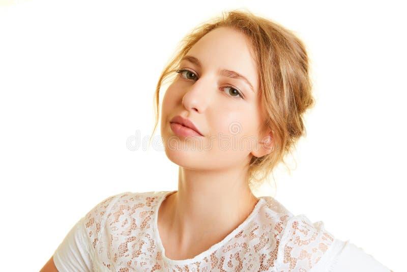 摆在作为模型的年轻白肤金发的妇女 库存图片