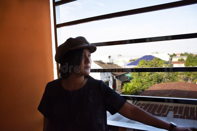 摆在作为照片的旅客泰国妇女画象在早晨时间的公寓公寓房在乌隆他尼,泰国 免版税图库摄影