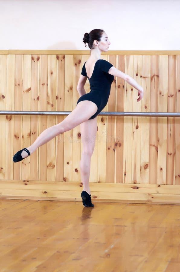 摆在健身中心的年轻美丽的跳芭蕾舞者 免版税库存照片
