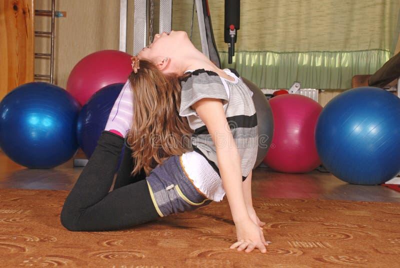 摆在健身房的女孩 免版税库存照片