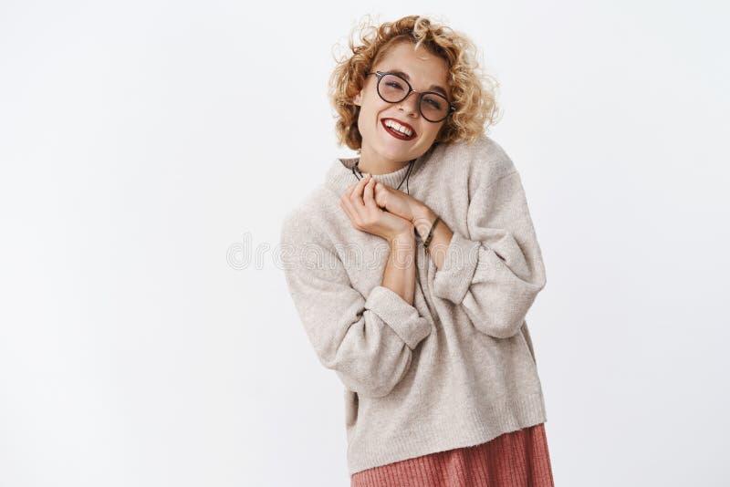 摆在傻和私秘举行的棕榈的被接触的和高兴可爱的嫩女朋友画象按了对胸口  库存照片