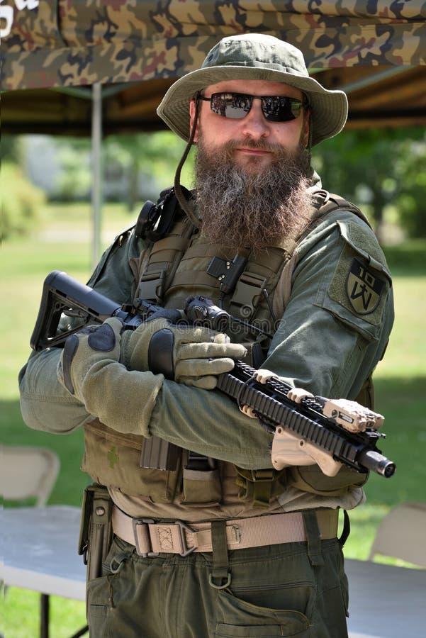 摆在公园,维尔纽斯的步枪兵 库存图片