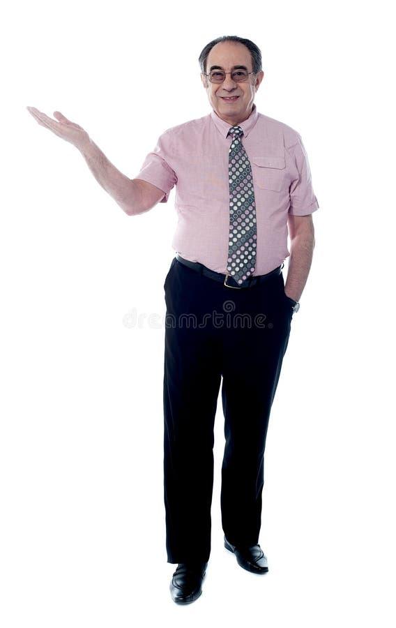 摆在前辈的上司英俊的开放掌上型计算机 库存图片