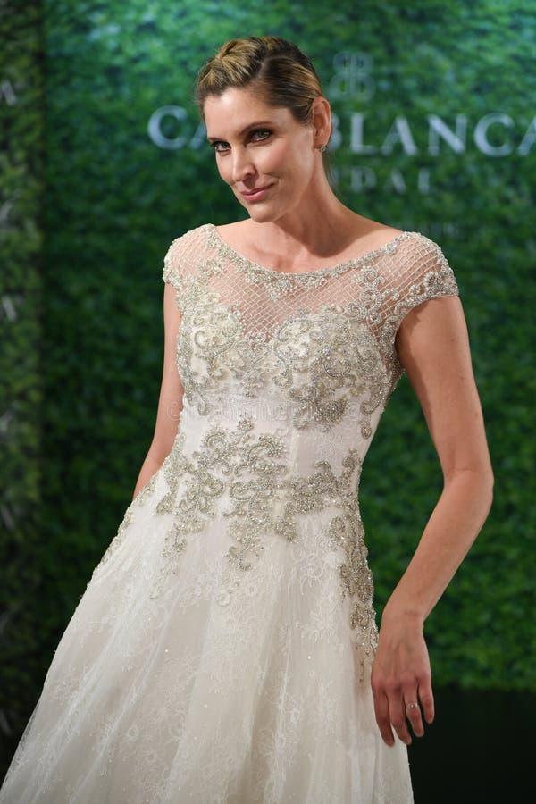 摆在卡萨布兰卡春天2020新娘时尚介绍时的模型 免版税库存图片