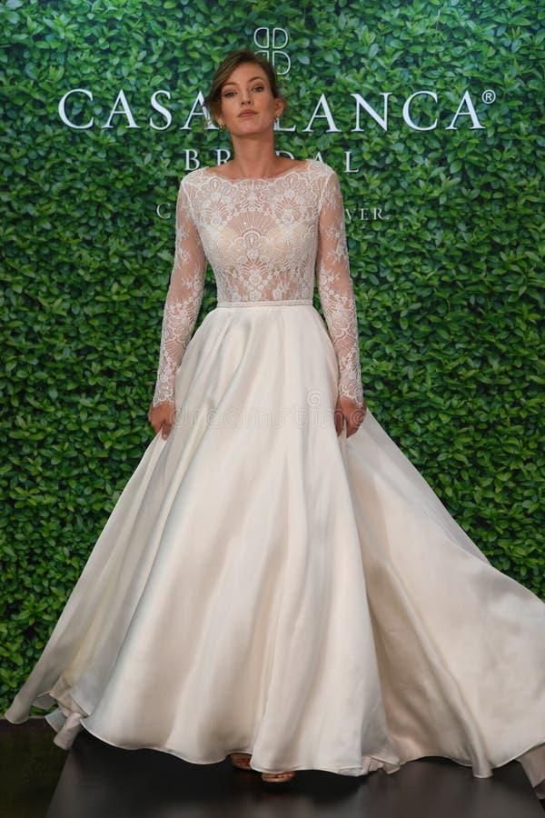 摆在卡萨布兰卡春天2020新娘时尚介绍时的模型 图库摄影