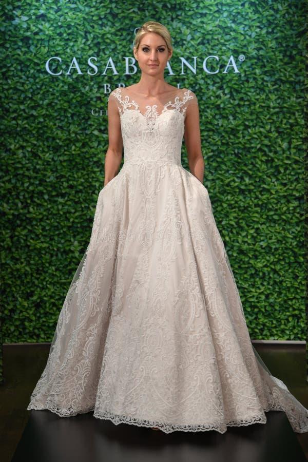 摆在卡萨布兰卡春天2020新娘时尚介绍时的模型 库存照片