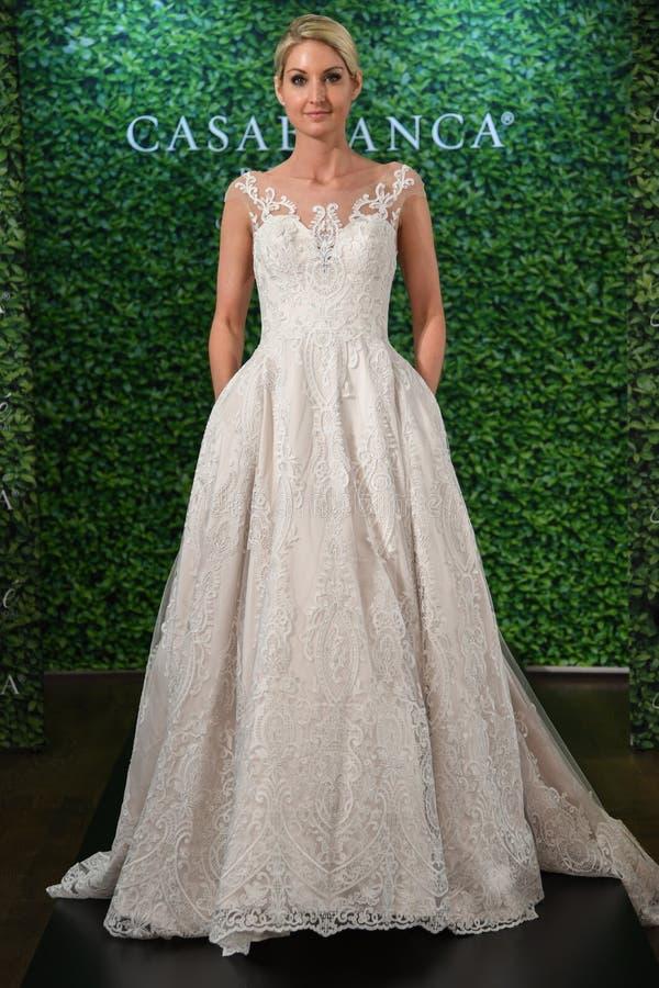 摆在卡萨布兰卡春天2020新娘时尚介绍时的模型 库存图片
