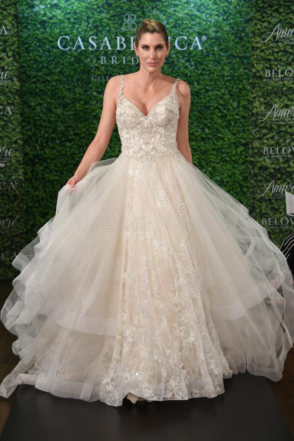 摆在卡萨布兰卡春天2020新娘时尚介绍时的模型 免版税库存照片