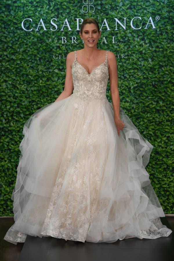 摆在卡萨布兰卡春天2020新娘时尚介绍时的模型 免版税图库摄影
