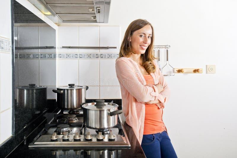 摆在厨房里的妇女 库存照片