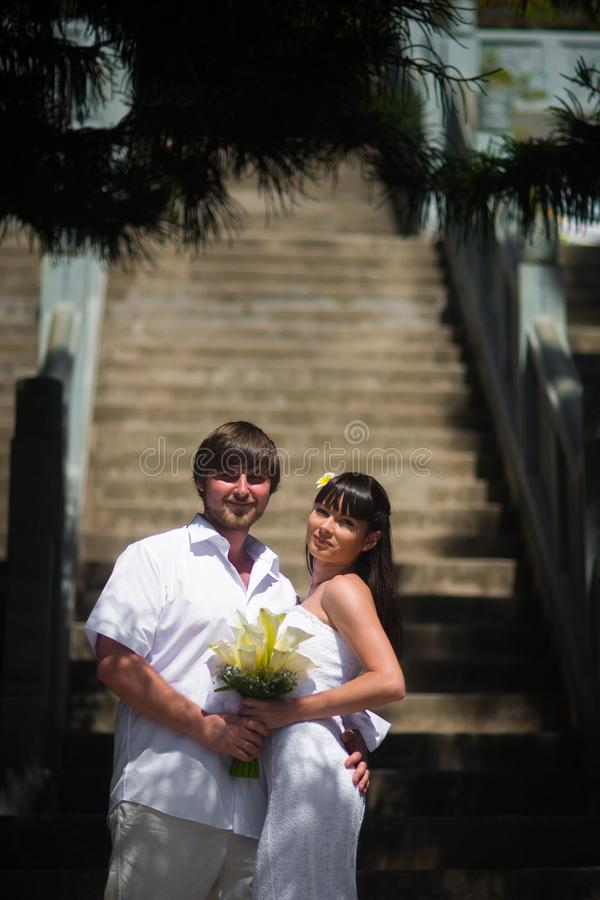 摆在反对石步的夫妇走开 免版税库存照片