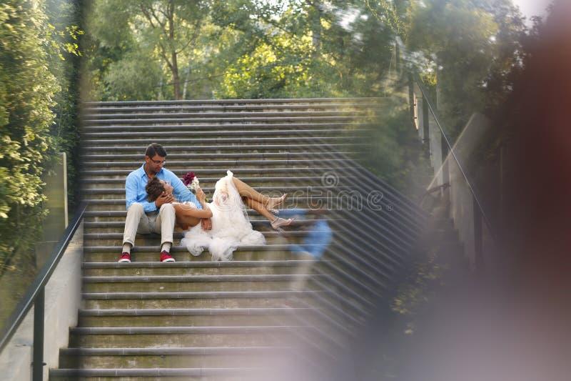 摆在台阶的美好的新娘夫妇 免版税库存照片