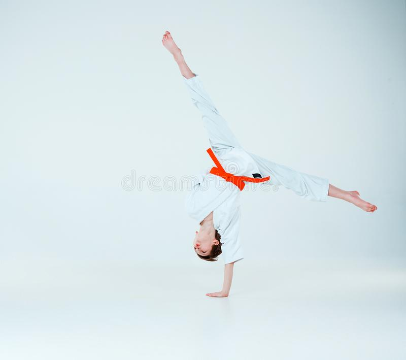 摆在合气道训练的男孩在武术学校 健康生活方式和体育概念 免版税库存照片