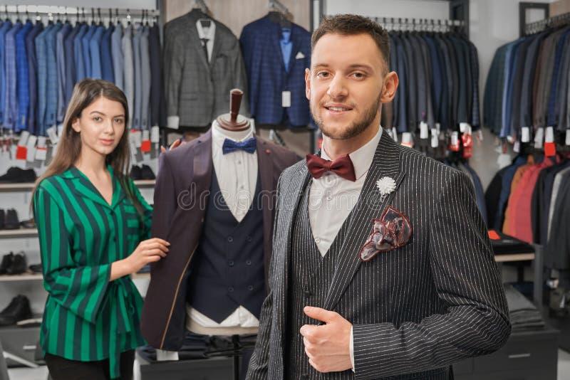 摆在商店的典雅的衣服的年轻,时髦的人 免版税库存照片
