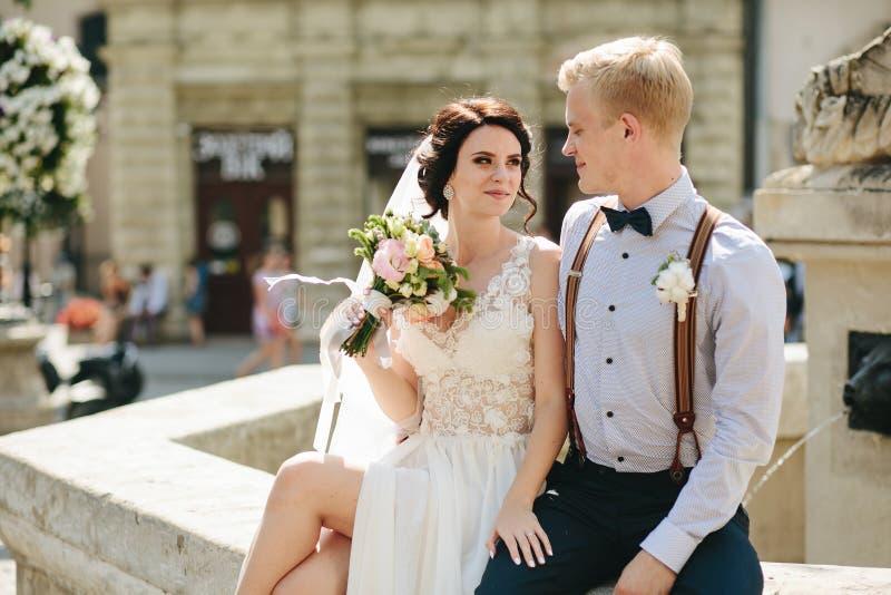 摆在喷泉的新娘和新郎 免版税库存图片