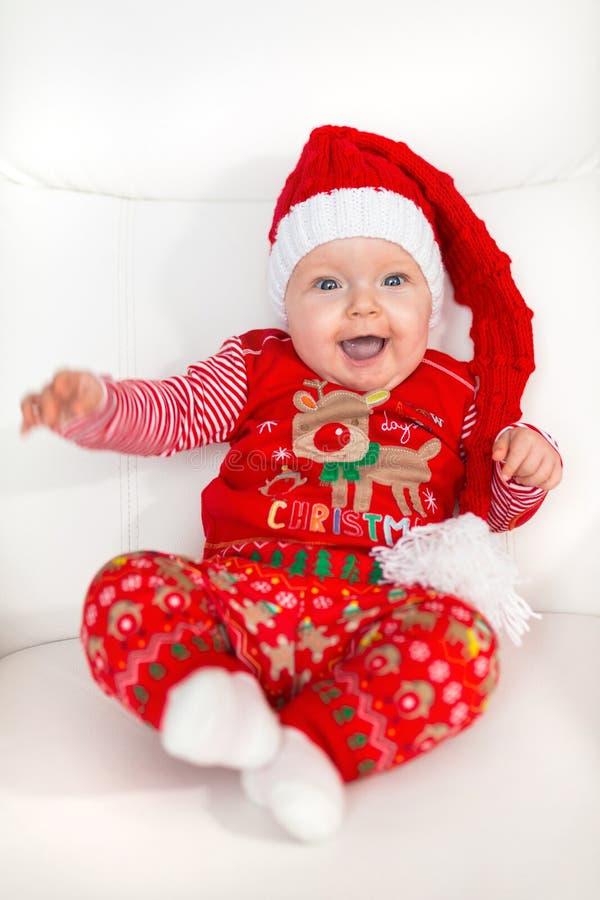 摆在圣诞老人服装的女婴 免版税图库摄影