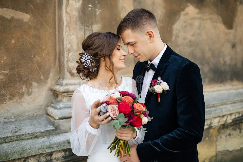 摆在城市的婚礼夫妇 免版税库存图片