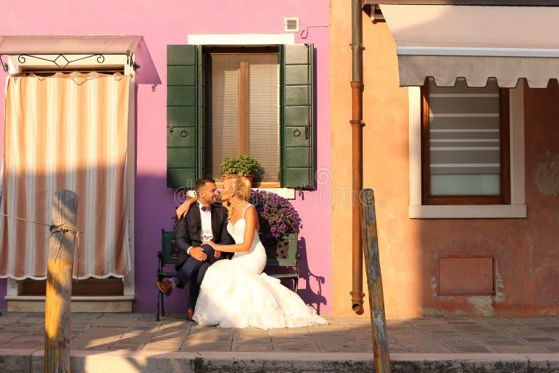 摆在城市的新娘和新郎 库存图片