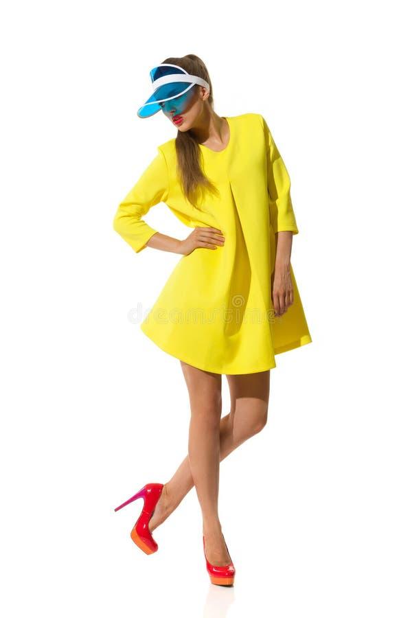 摆在塑料遮阳帘盖帽的时装模特儿 库存照片
