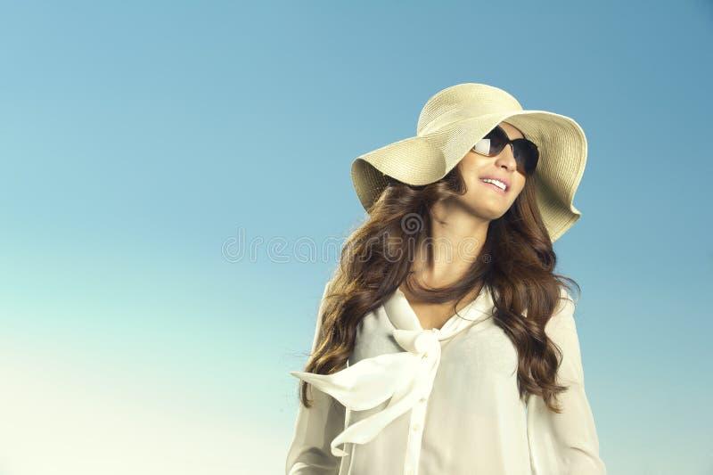 摆在夏天的一个美丽的女孩的画象 免版税库存照片