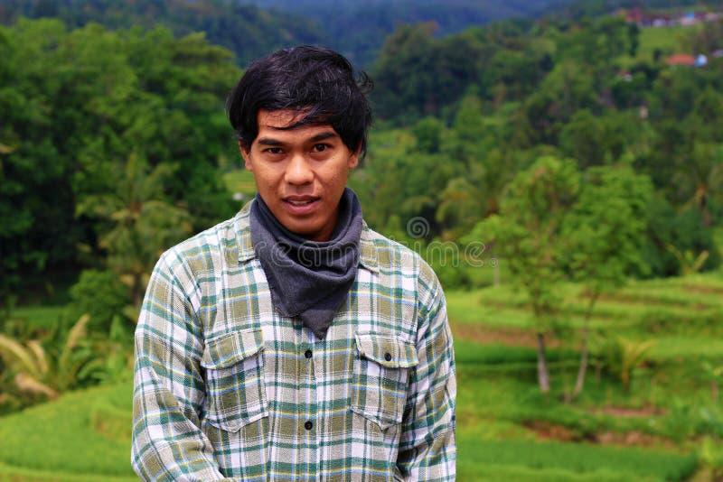 摆在外部的年轻印度尼西亚人 免版税库存照片