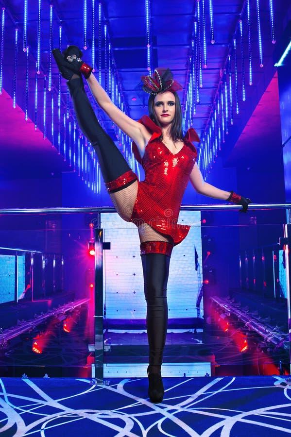 摆在夜总会的华美的性感的年轻艳舞女郎歌舞女郎 免版税库存图片