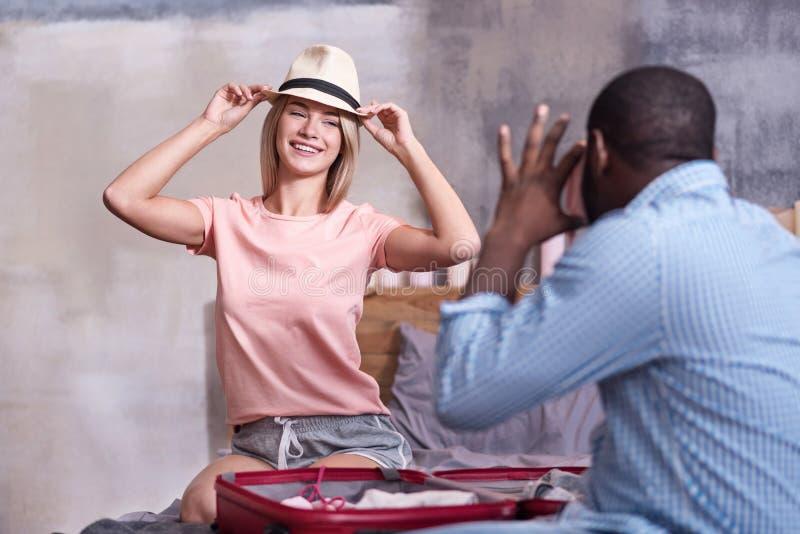摆在她的非洲男朋友的俏丽的妇女在旅行前 库存图片