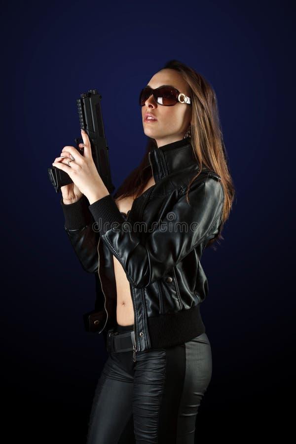 摆在妇女的枪 免版税库存图片
