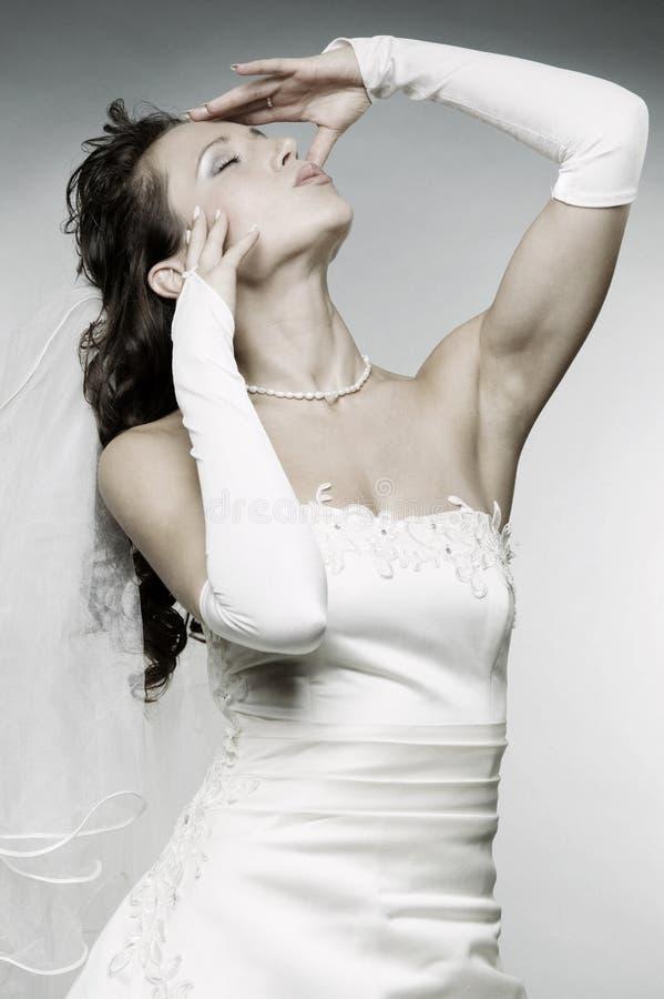 摆在婚礼妇女的有吸引力的礼服 免版税库存照片