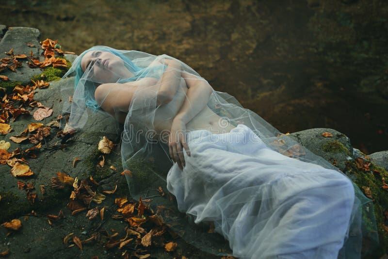 Download 摆在小河岩石的哀伤的妇女 库存图片. 图片 包括有 衰落, 古怪, 超现实, 若虫, 妇女, 黑暗, 休眠 - 59112587