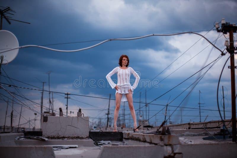 摆在屋顶的妇女 库存照片
