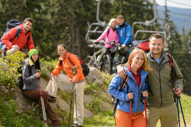 在暑假的远足者和骑自行车者 免版税图库摄影