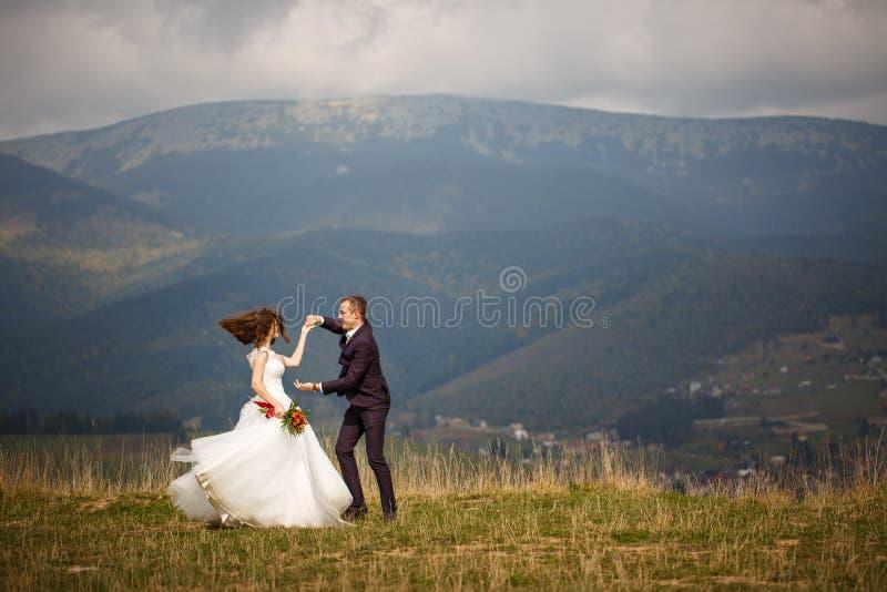 摆在山的愉快的夫妇 图库摄影