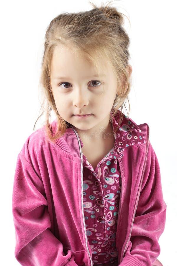 摆在工作室年轻人的女孩 免版税图库摄影