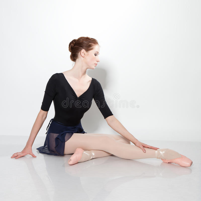 摆在工作室的新美丽的舞蹈演员 免版税库存图片